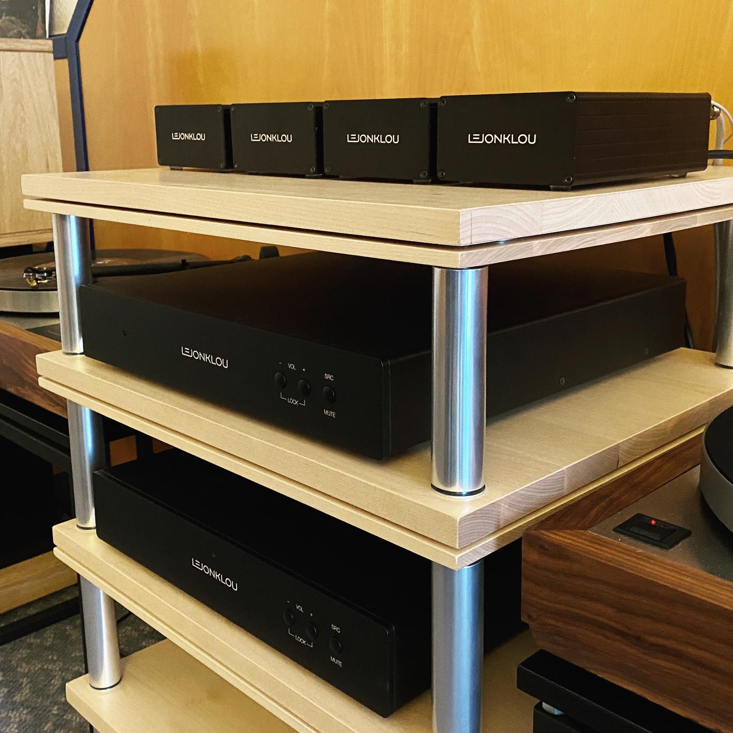 Phono stage shootout in room 347 at Norddeutsche HiFi-Tage in Hamburg: Gaio 2 vs Gaio 2.4 vs Slipsik 7.1 vs Entity.  Overwhelmingly positive response from the crowd and Marco of @hexagonaudio.eu is as always super nice to everyone.